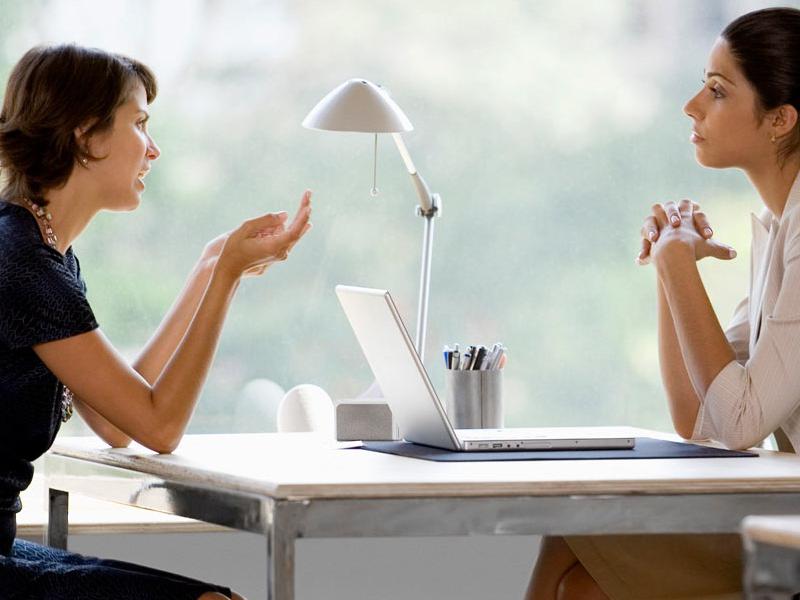 Chăm chú lắng nghe chia sẻ của khách hàng để tìm hướng giải quyết