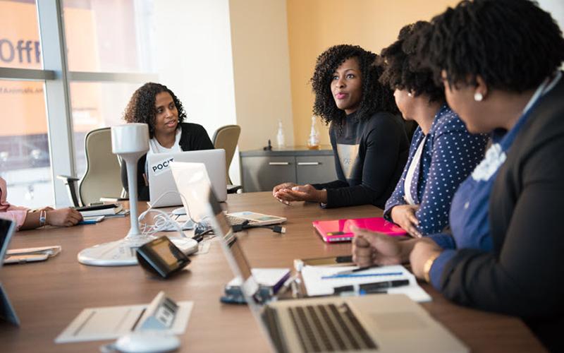 Nhà quản lý lắng nghe nhân viên đưa ra ý tưởng kinh doanh