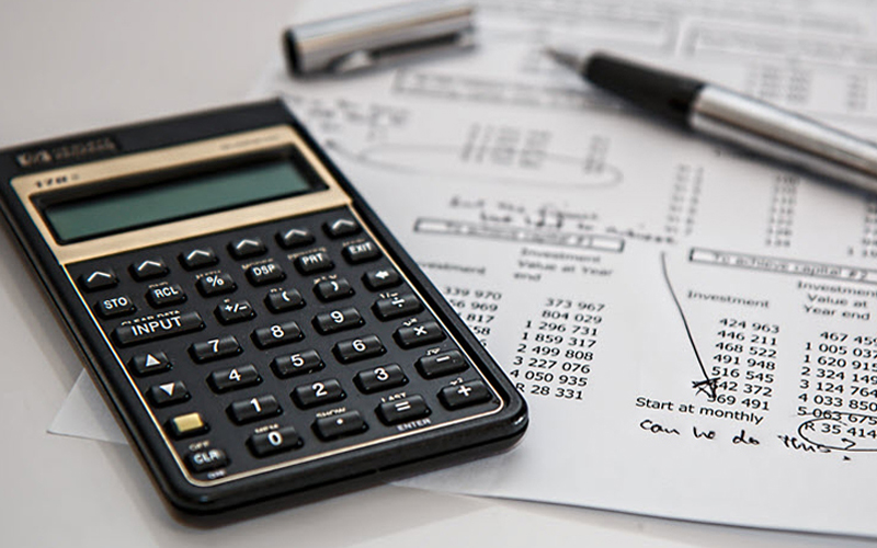 Nhà quản lý cân nhắc khả năng tài chính của doanh nghiệp
