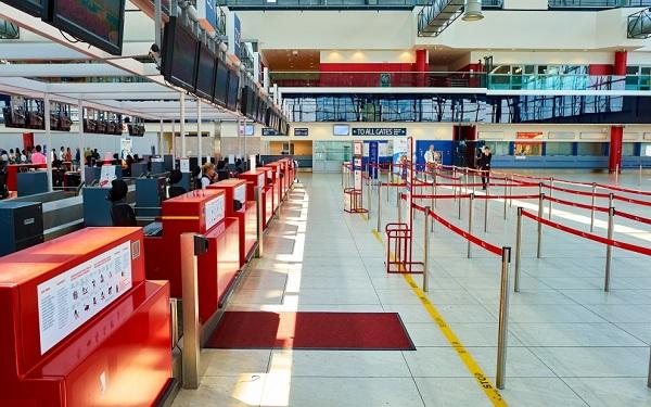 Khung cảnh vắng lặng tại một sân bay Châu Âu bị ảnh hưởng bởi Covid-19