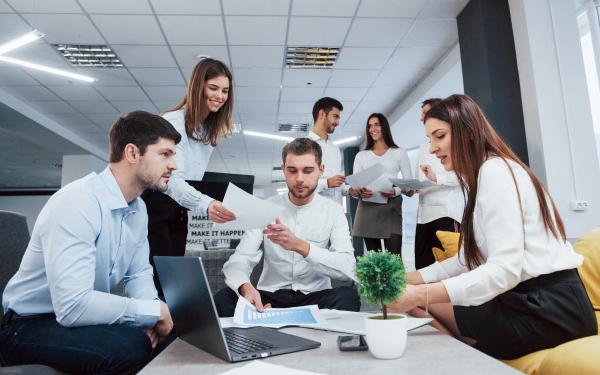 Tham mưu cho Ban Giám đốc về chiến lược marketing, sản phẩm và khách hàng