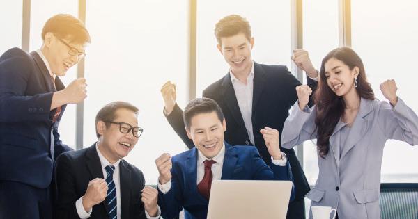 Tuyển dụng từ bên ngoài có thể mang lại nguồn nhân lực mới và nhìn ra các vấn đề khác nhau trong tổ chức. Tuy nhiên rất khó để giữ lại người có năng lực tốt.