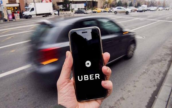 Uber cung cấp dịch vụ đi chung xe cho phép khách hàng đặt xe dễ dàng qua smartphone chỉ với một vài thao tác vuốt và chạm.