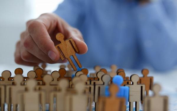 Phân tích phân khúc khách hàng thông qua nhân khẩu học